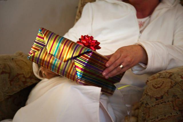 Мама с подарком в руках