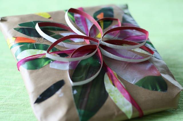 Коробка с подарком на 8 марта