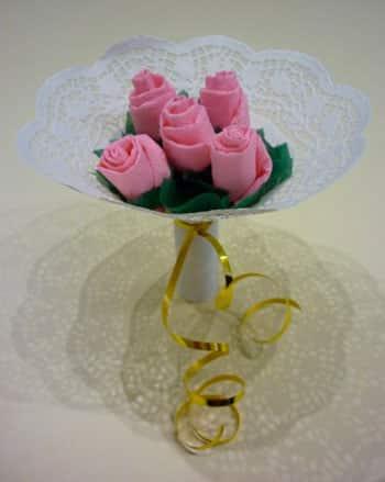 Букет роз из цветных салфеток своими руками