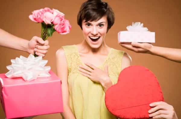 Жена радуется подарочкам