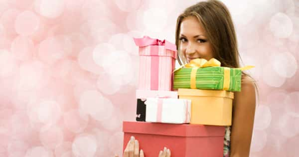 18-летняя девушка с подарками