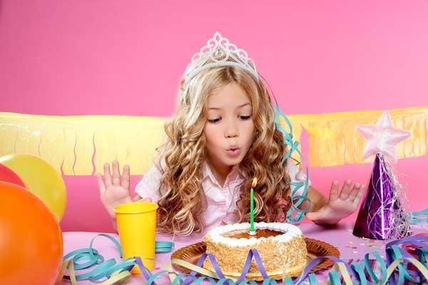Девочка празднует день рождения