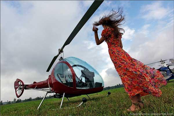 Вертолет и девушка