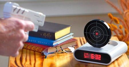 Будильник в виде мишени с лазерным пистолетом
