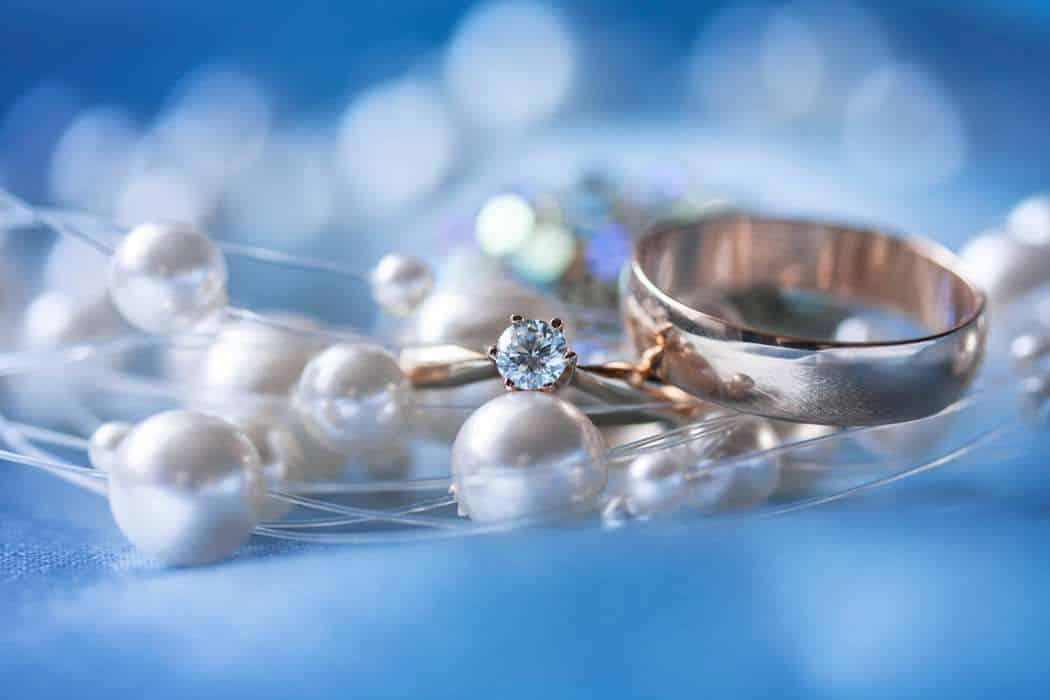 Свадебные кольца и жемчуг