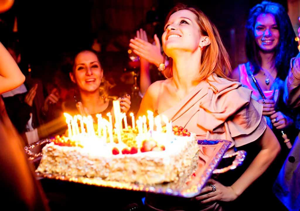 Женщина получает подарочный торт