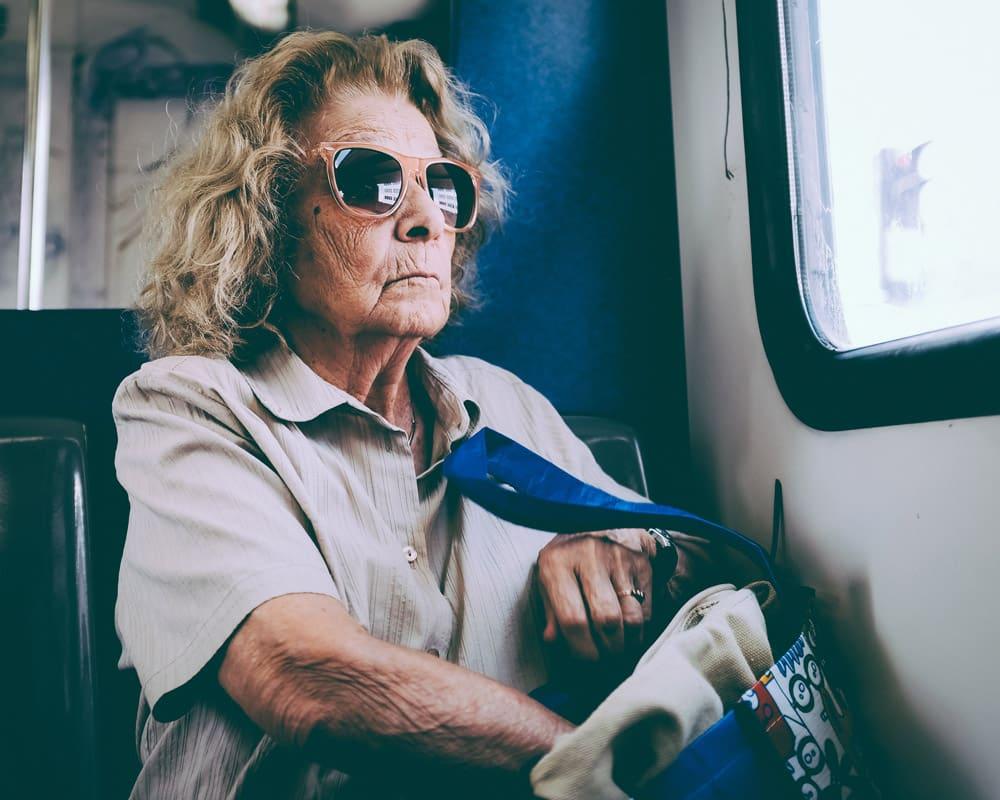 70 летняя женщина в очках