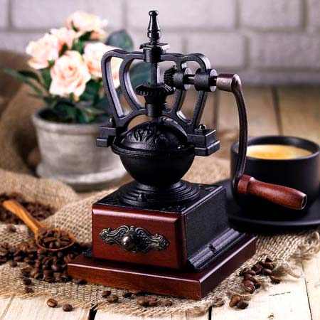 Ручная кофемолка из чугуна и дерева