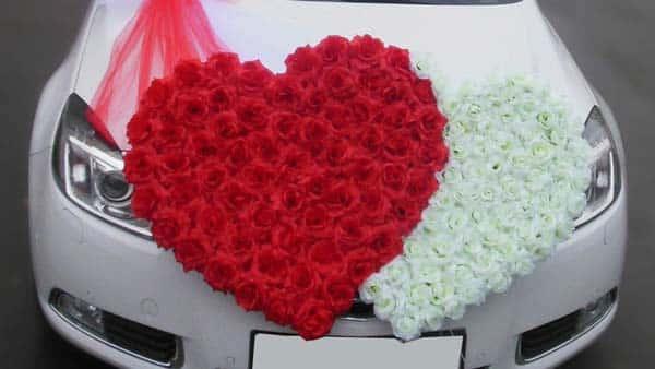 Розы на автомобиле в виде сердечек