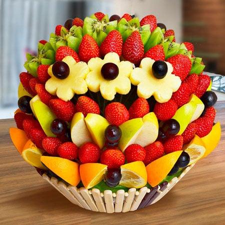 Торт из фруктов на шпажках
