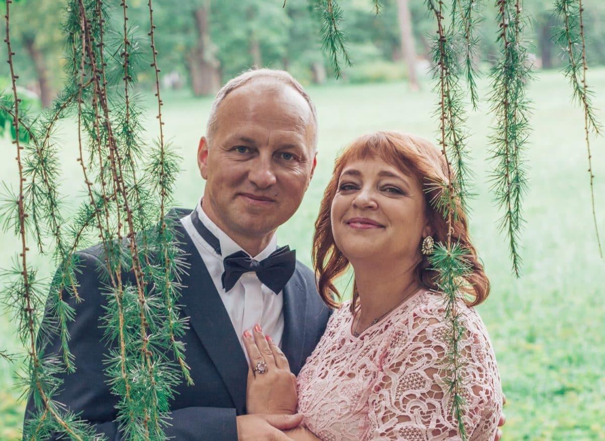 Пара под лиственным деревом