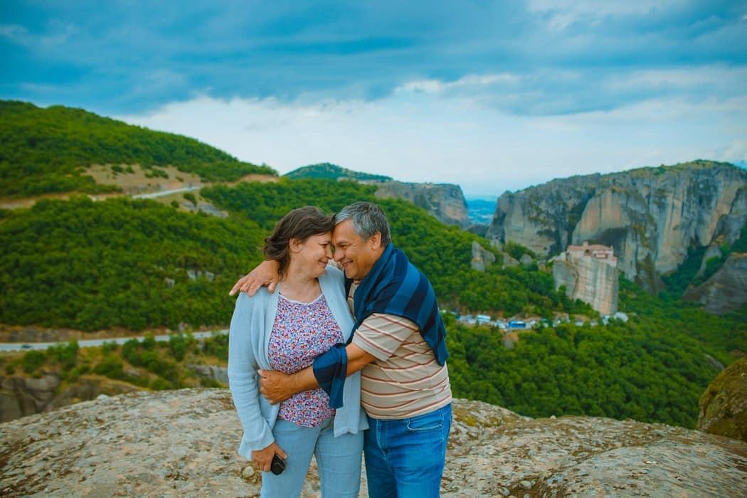 Мужчина и женщина вершине холма