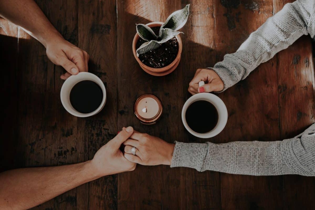Пара пьет чай за столом