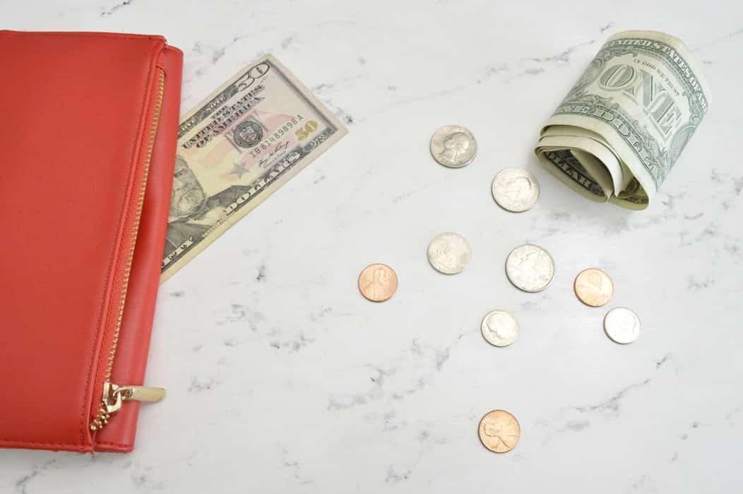 Красный кошелек и деньги