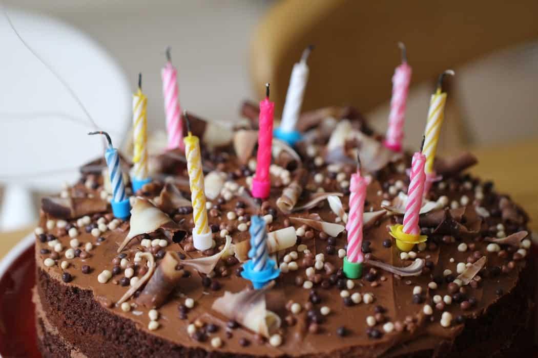Шоколадный торт со свечками