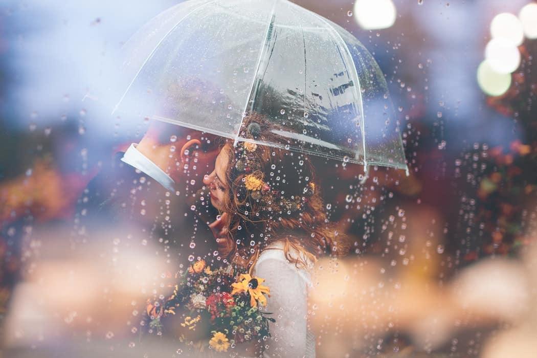 Парочка под прозрачным зонтиком
