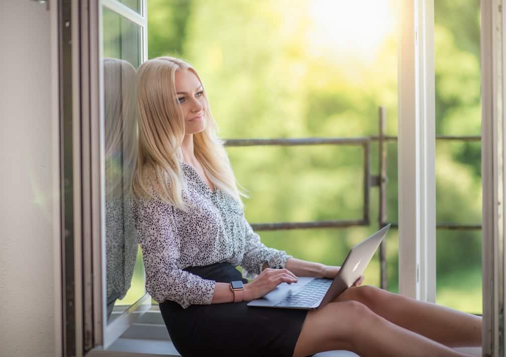 Девушка сидит на окне
