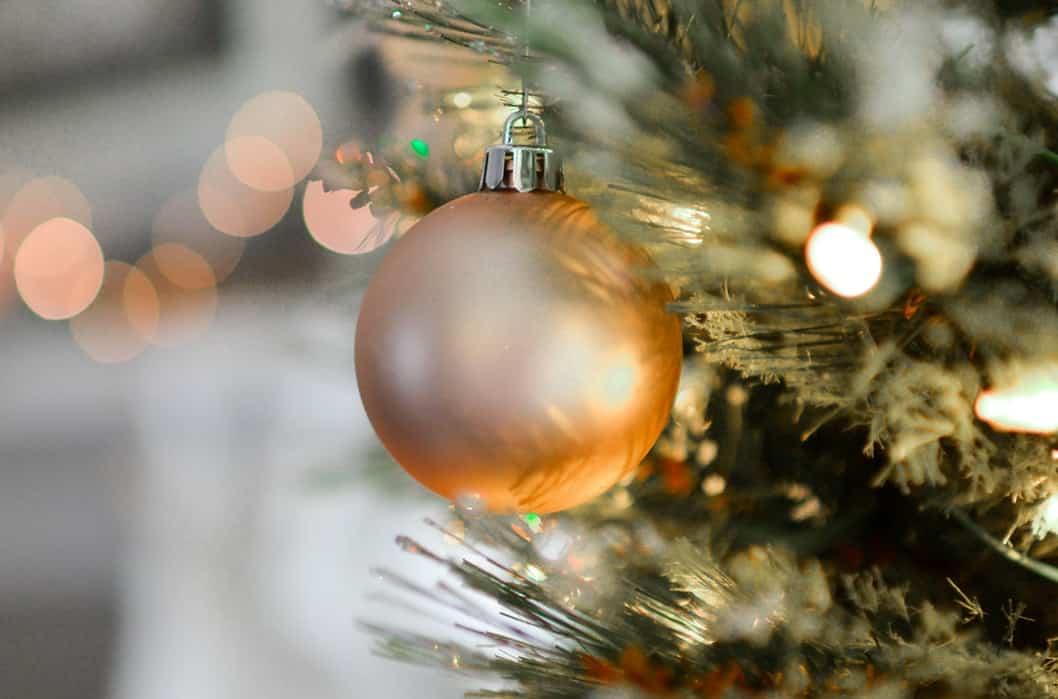 Золотой шар на елке