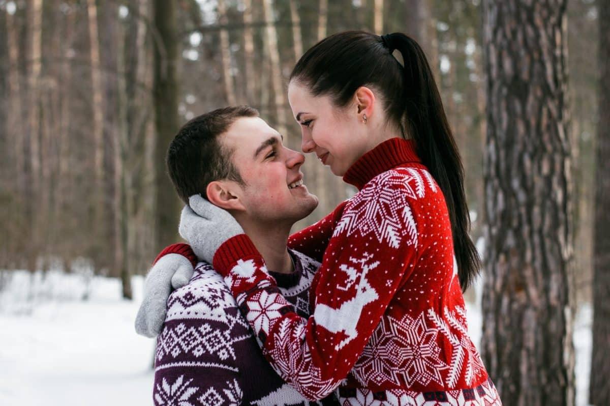 Счастливая пара в зимнем лесу