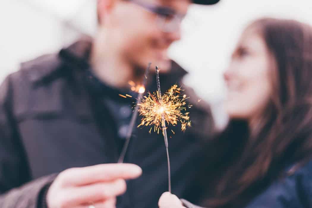 Мужчина и женщина держат фейерверк