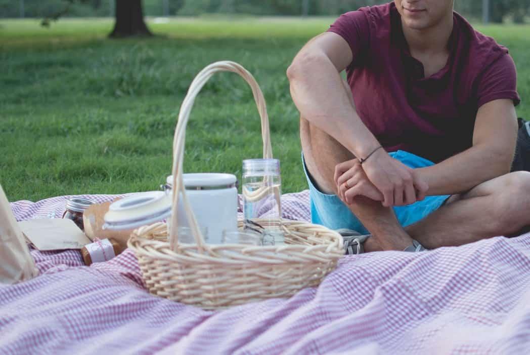 Мужчина на пикнике на природе