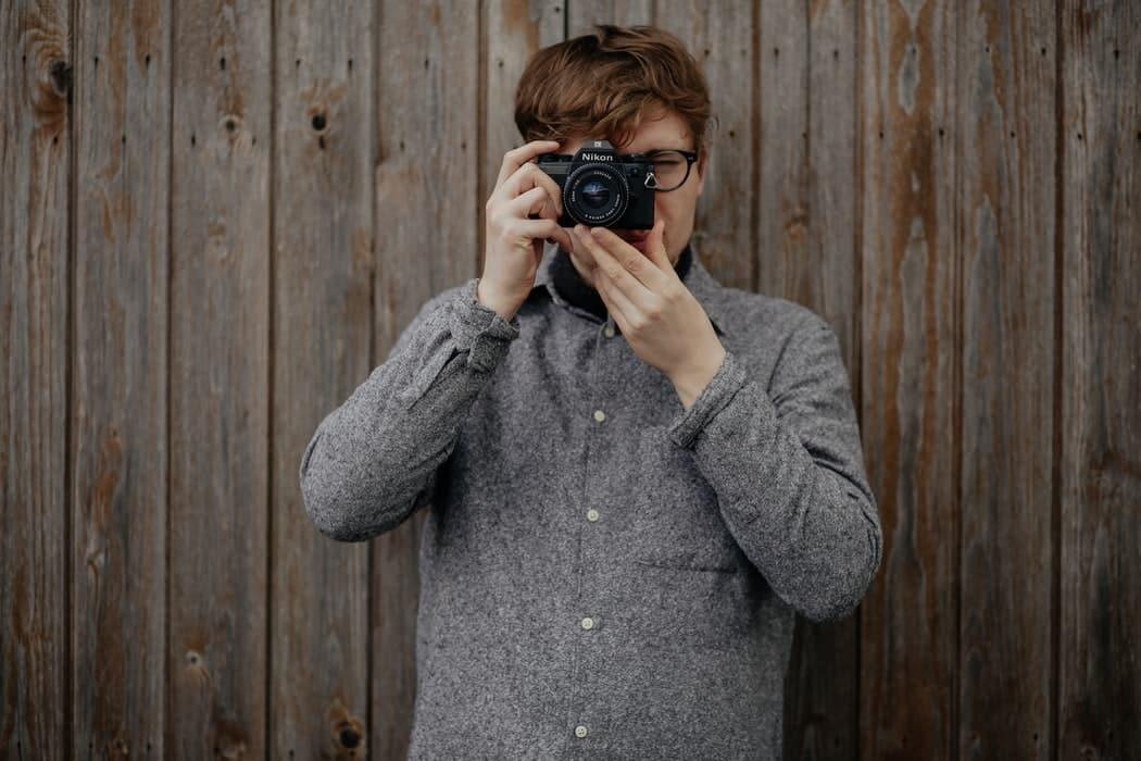 Мужчина делает фотографию