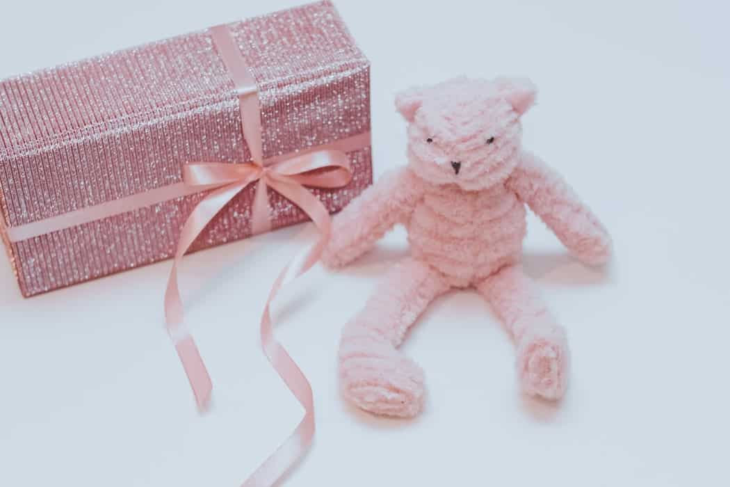 Розовый мишка и подарок
