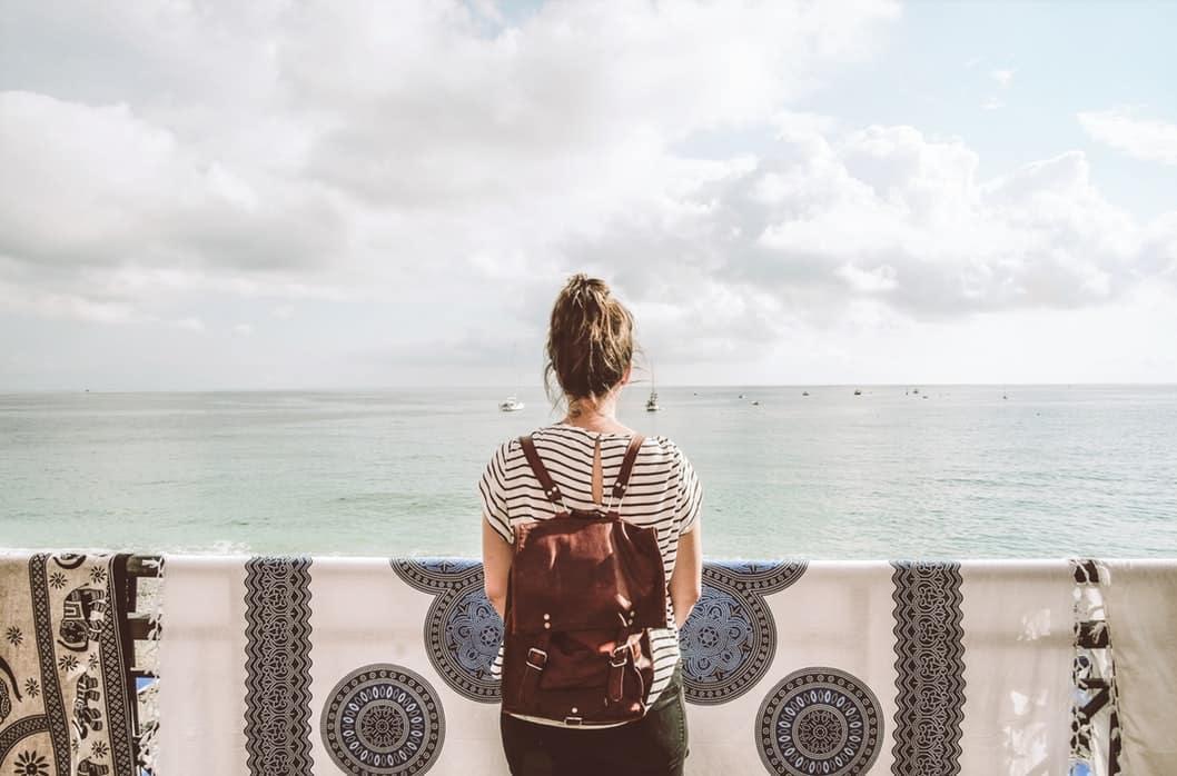 Девушка любуется морем