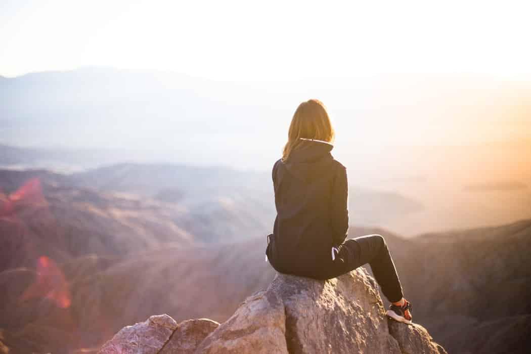 Девушка смотрит на горы